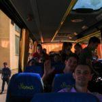 Hazaindulás Fülekről, integetés a buszban